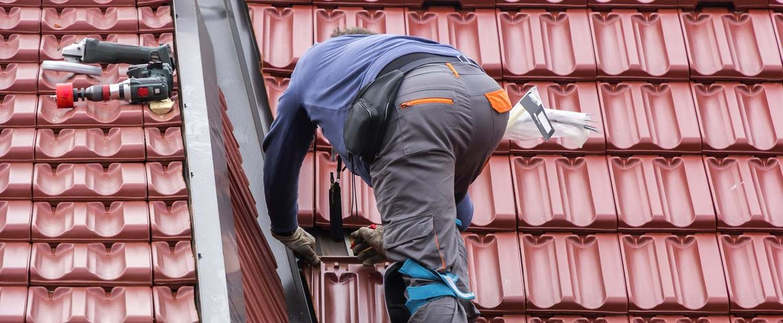 Roofer repair the roof of clay tiles Von smuki